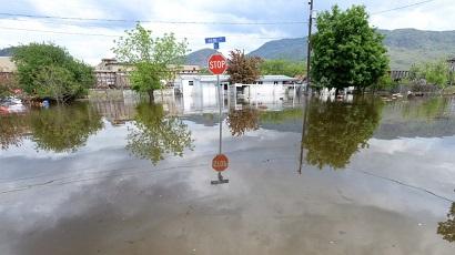 علامة التوقف في تقاطع غمرته المياه بعد الفيضانات في غراند فوركس ، كولومبيا البريطانية ، في 17 مايو 2018.