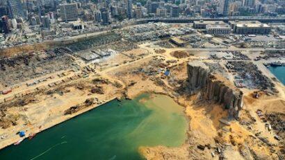 صورة جوية لأجزاء من ميناء بيروت المدمر في 3 أغسطس. يُظهر الحفرة الناجمة عن الانفجار الهائل الذي حدث قبل ثلاثة أيام بسبب كمية ضخمة من نترات الأمونيوم كانت قد خزنة لسنوات في مستودع ميناء