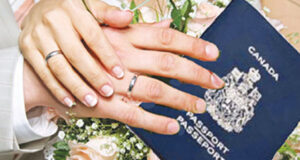 صورة ليدين لزوجين يحملان الجواز السفر الكندي مع خواتم الزواج