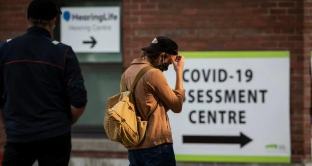 تم الإبلاغ عن طوابير طويلة في مراكز اختبار COVID-19 في أونتاريو في الأيام الأخيرة. (إيفان ميتسوي / سي بي سي)