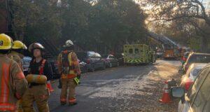 صورة لفرق الأطفاء في موقع الحريق الذي أدى إخلاء الكثير من العائلات منازلهم