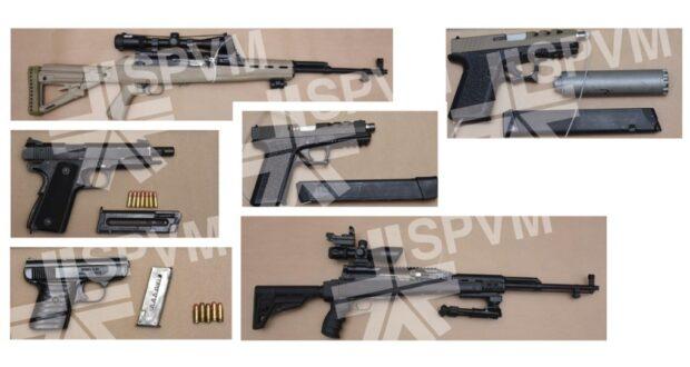 صورة للأسلحة المصادرة في المداهمات وكان على أثرها أن ألقت الشرطة القبض على عشر أشخاص