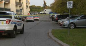 صورة لموقع حادث اطلاق النار حيث تم اتهام رجل ثلاثيني بعد مقتل رجل يبلغ من العمر 20 عامًا رميا بالرصاص في أونتاريو
