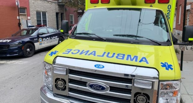 صورة لسيارة اسعاف في اعقاب التحقيق في إطلاق النار على رجل يبلغ 20 عاما في شمال مونتريال