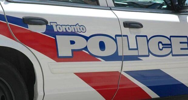 صورة لسيارة شرطة في تورنتو بعد العثور على عبوة ناسفة