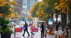 صورة الناس يسيرون في وسط مونتريال حيث سيتم فرض القواعد الجديدة بسبب استمرار ارتفاع اعداد الإصابات