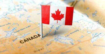 صورة لعلم كندا مع خريطة اسفله