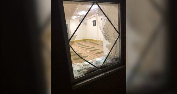 لصورة لنافذة المسجد المحطمة بعد اقتحام مسجدين ، تفكر شرطة مونتريال وساوث شور في توحيد صفوفهما