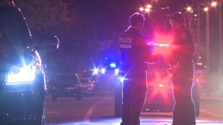 صورة للشرطة بعد أن فرضت طوق أمني بعد مشاجرة بين الجيران تنتهي بثلاثة أشخاص في المستشفى بعد في مونتريال