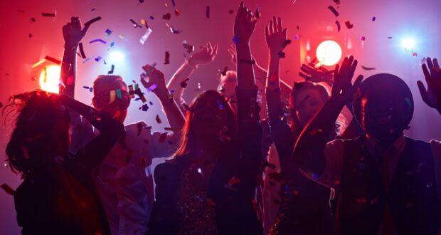 صورة لحفلة حيث تغريم 83 طالبا ب1000$ كانو متواجدين في حفلة ضخمة في تشيلسي في كيبيك