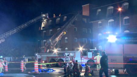 لصورة للحريق الذي خلف ثلاثة جرحى نتيجة حريق مريب دمر مبنيين سكنيين في مونتريال