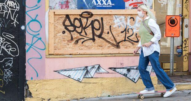 امرأة ترتدي قناعًا للوجه أثناء تزلجها في متجر مغلق في مونتريال ، السبت 24 أكتوبر 2020 ، مع استمرار جائحة COVID-19 في كندا وحول العالم ،بعد جددت مونتريال حالة الطوارئ