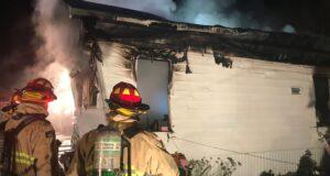 صورة لرجال الإطفاء أمام ال حريق كبير يدمر منزلًا في بيلز كورنرز تاركًا ثلاثة بلا مأوى