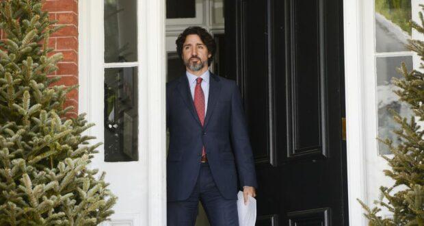 صورة لرئيس الوزراء جاستن ترودو وهو يخرج من منزله