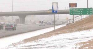 صورة لطرق كالغاري المغطاة بالثلوج التي سبب معاناة سائقي سائقي كالغاري يعانون من الطرق المغطاة بالثلوج خلال عاصفة أكتوبر الثلجية