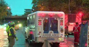 صورة لسيارة اسعاف في أعقاب سقوط عامل في حفرة بناء في تورونتو