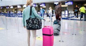 صورة امرأة و هي في احد المطارات بعد ان قامت صحة كندا باجبار المسافرين على ارتداء كمامات