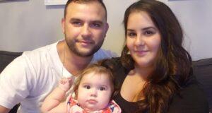صورة ل طفلة مع عائلتها حيث أن طفلة كندية تعاني من ضمور عضلي تسعى للحصول على أغلى عقار في العالم