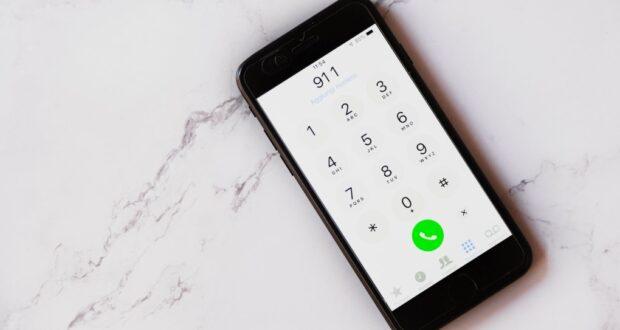 صورة لمحاولة اتصال ب 911 بالهاتف حيث قام طفل صغير بالاتصال بهم لمساعدة امه