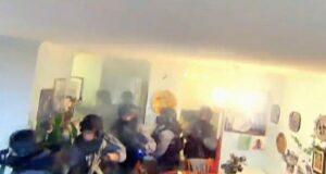 صورة من داخل منزل عائلة الرجل الذي مات أثر سقوطه من نافذة