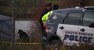 صورة للشرطة أمام موقع الحادث حيث أن غواصون ينتشلون جثة يعتقد أنها لمراهق مفقود في برادفورد