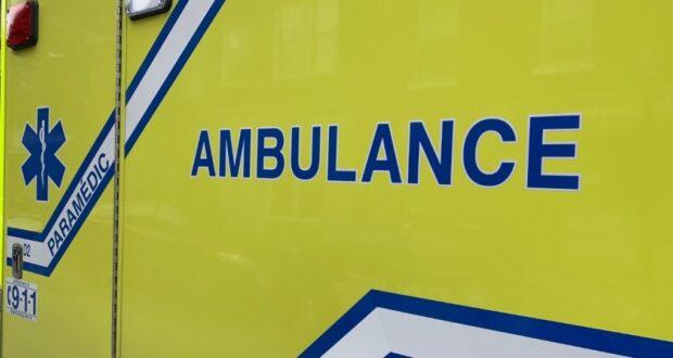 صورة لسيارة الاسعاق في أثر فتى في حالة حرجة،وأصابة راكبة بجروح خطيرة بعد تصادم سيارة مع دراجة بخارية