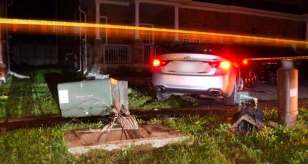 صورة لموقع حادث على أثره م فرض غرامة بسبب قيادة سيئة بعد حادث اصطدام بصندوق هيدوليكي أمام منزل في تورنتو