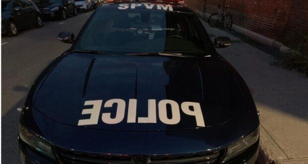 صورة لسيارة شرطة مونتريال حيث فرقت شرطة مونتريال عدة تجمعات لسيارات في مواقف السيارات