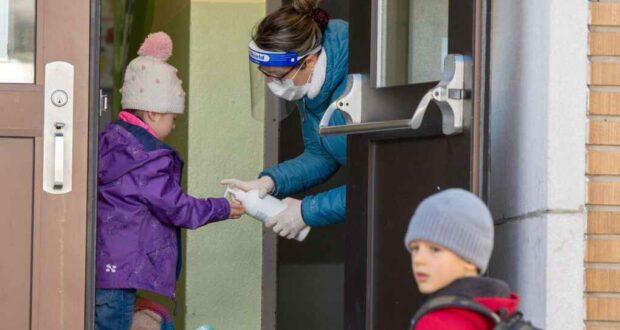 صورة الطلاب يتأنون عند دخولهم المدرسة ماري روز حيث تفتح المدارس الابتدائية في كيبيك خارج منطقة مونتريال الكبرى أبوابها مجددا الاثنين 11 مايو 2020
