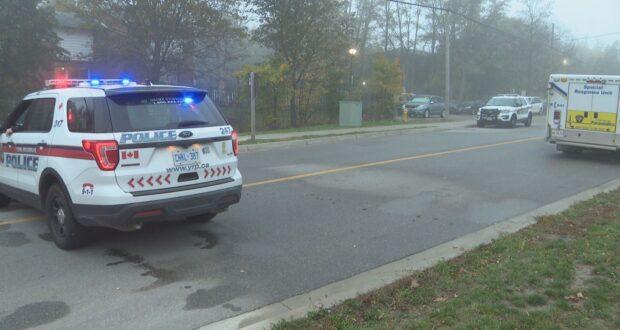 صورة لموقع حادث اطلاق النار تواجد سيارات الشرطة ، مشتبه به في الحجز بعد إصابة رجل بجروح خطيرة في اطلاق نار في ماركهام ، أونتاريو