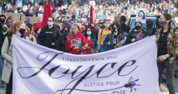 """يشارك الناس في احتجاج بعنوان """"العدالة لجويس"""" في مونتريال ، السبت 3 أكتوبر 2020 ، حيث طالبوا بالعدالة لجويس إيتشاكان وإنهاء كل أشكال العنصرية المنهجية"""
