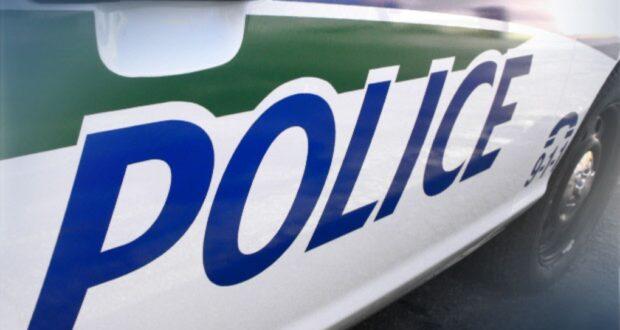 صورة لسيارة شرطة حيث ألقي القبض على عدة أشخاص فيما يتعلق بالمخدرات الخطرة والمواد الإباحية عن الأطفال