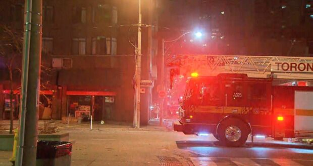 صورة لسيارات الإطفاء أمام مبنى يحترق حيث تم إخلاء مبنى سكني بعد 3 إنذارات بوجود حريق بسبب الكهرباء وسط المدينة