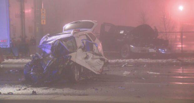 صورة للسيارات المحطمة من جراء حادث حيث إصابة ثلاثة أشخاص في حادث خطير في ميلتون في أونتاريو