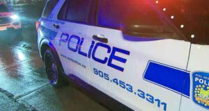 صورة لسيارة شرطةإصابة ثلاثة أشخاص في حادث طعن حدث في ميدان في ميسيسوجا بيل حيث