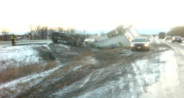 صورة لشاحنة محطمة في موقع الحادث حيث إعادة فتح مسارات الطريق السريع 401 بعد حادث تحطم بالقرب من كورنوال
