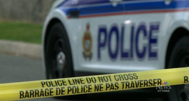 صورة لسيارة الشرطة في موقع الحادث حيث أن اتهم رجلان بعد عملية سطو بالسكين في ليلة عيد الهالوين