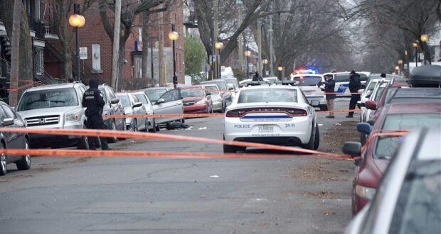 صورة لسيارة شرطة بعد اعتقال مشتبه به فيما يتعلق بإطلاق النار ومقتل رجل في سيارة متوقفة شمال مونتريال