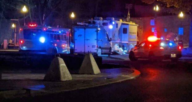 صورة لسيارات الشرطة في موقع الحادت الذي تسبب اعتقال مشتبه به في حادث طعن بمدينة كيبيك خلف قتيلان و خمسة جرحى