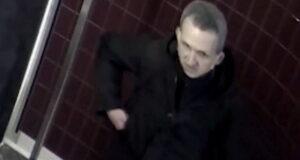 صورة للمشتبه فيه الذي اشعل النار في سلة القمامة حيث البحث عن مشتبه به أشعل النار في سلة قمامة وتم تصويره بكاميرات المراقبة في مونتريال