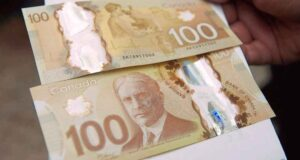صورة لفئة ال 100 دولار المزورة حيث التجار يرفضون قبول النقود من فئة 100 دولار لمعاناتهم من النقود المزورة