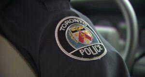 صورة ليد رجل شرطي بالزي الرسمي حيث أن الشرطة تبحث عن رجل زعم أنه اعتدى جنسيا على فتاة عمرها 13 عاما في شمال يورك