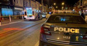 صورة لسيارة شرطة وسيارة الاسعاف في مورجل متهم بالقتل من الدرجة الأولى في حادثة طعن في تورنتو قع حادثة الطعن حيث