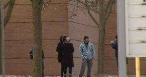 صورة لأشخاص أمام مدرسة بعد رفض الموظفون في مدرسة ابتدائية في تورنتو لوجود 11 مصاب بCOVID-19 العمل