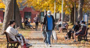 صورة يستمتع الناس بطقس 22 درجة مئوية في حديقة يوم الثلاثاء ، 10 نوفمبر 2020 في مونتريال حيث يستمتع الناس بطقس 22 درجة مئوية في حديقة يوم الثلاثاء ، 10 نوفمبر 2020 في مونتريال
