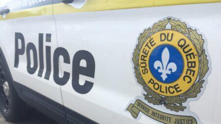 صورة لسيارة شرطة مع شعار شرطة كيبيك حيث شاب في العشرينات في حالة حرجة بعد اصطدام سيارة جنوب مونتريال