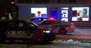 صورة لسيارات الشرطة حيث شرطة مونتريـال تحقق في طعن موظفة في شركة ديبانور يبلغ من العمر 25 عامًا