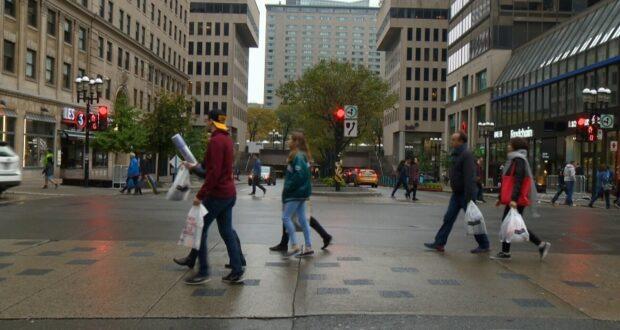 صورة للمارة في وسط المدينة في مونتريال حيث يريد التجار عمل شهر من الجمعة السوداء : تخطط متاجر مونتريال لزيادة المبيعات لإنقاذ العام الكارثي