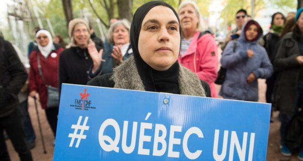 صورة لمتضاهرة في احتجاج على قانون العلمانية في كيبيك حيث قانون العلمانية في كيبيك ستبدأ المعركة القضائية بشأنه يوم الاثنين في مونتريال