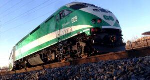 صورة لقطار GO حيث قتل شخص من قبل قطار GO على خط البحيرة الغربية في بيرلينجتون